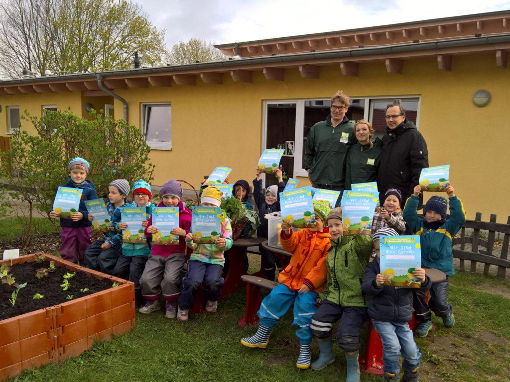 Paten-bei-den-kleinen-Gärntern-der-Kindervilla-Cords--(2)